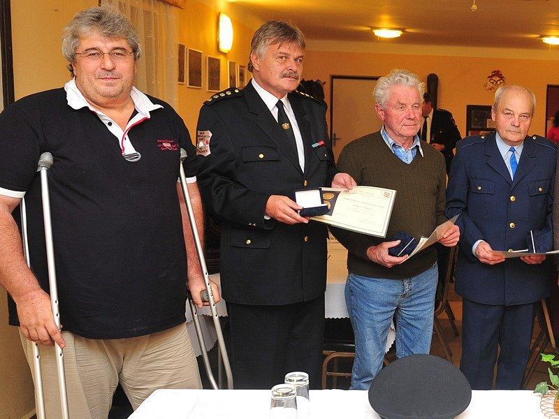Dlouholeté členy SDH Štětkovice hejtman Josef Řihák ocenil za rozvoj hasičstva a udržování tradic sboru.