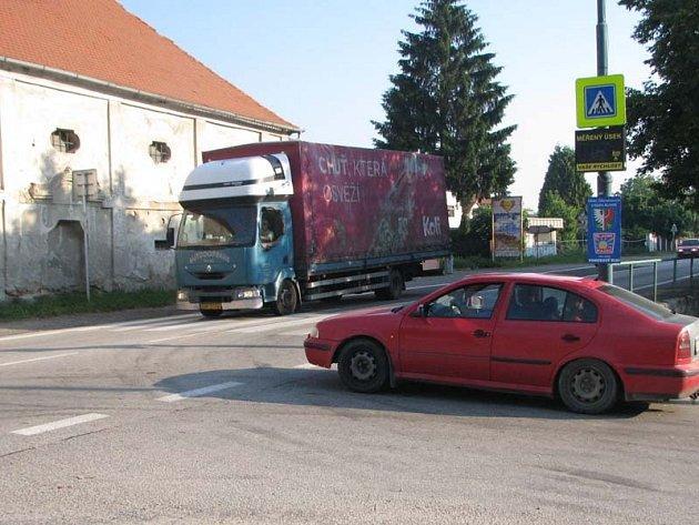 Místem protestu proti zpožďování stavby přeložky silnice I/3 (E55) je přechod uprostřed Olbramovic.