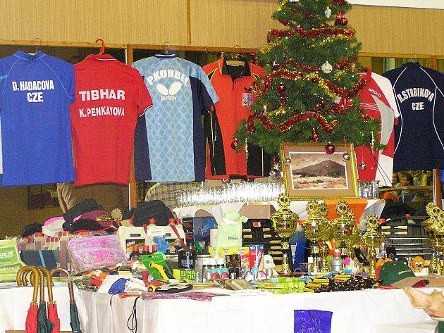 Pod ozdobeným vánočním stromkem si po skončení turnaje vyberou všichni účastníci několik dárků od sponzorů akce.