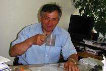 Starosta Antonín Bašta se hrnkem vody.