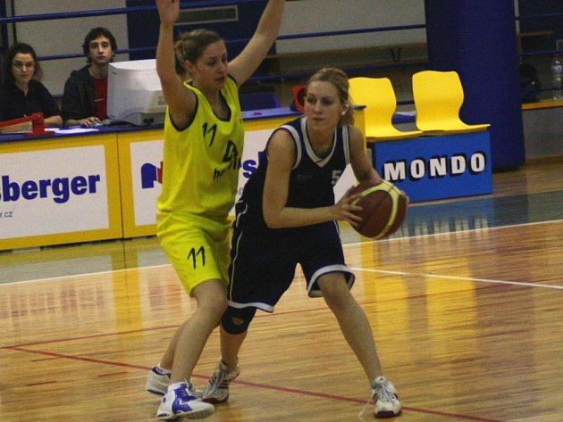 Dvě vítězství si o víkendu připsaly na své konto benešovské basketbalistky. Domácí Karmazínová postavila clonu plzeňské Kruposové