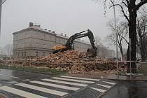 Bourání objektu v Táborských kasárnách v Benešově, v němž mělo vzniknout Muzeum 102. pluku. V pozadí je hlavní kasárenský objekt, který demolici unikl.