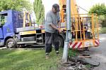 Odstraňování následků dopravní nehody v Máchově ulici v Benešově.