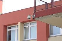 Kamera na rohu Malého náměstí a ulice F. V. Mareše v Benešově pomohla před nedávnem při vyšetřování banální dopravní nehody, od níž ale viník ujel.