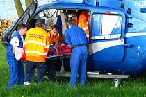 Motorkáře transportoval se středně těžkým zraněním vrtulník do pražské nemocnice.