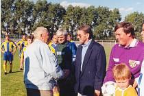 Josef Vacenovský (v saku) občas zavítá i na benešovský stadion, kde ho vždy s radostí přivítají.