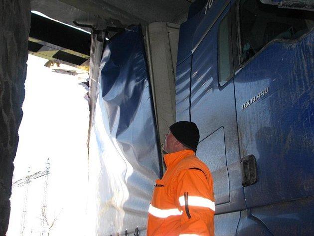 Kamion se ve 12.25 na silnici II/106 u nemocnice nevešel pod most silnice I/3.
