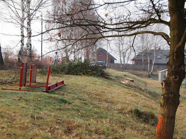 Běžeckou dráhu vhodnou pro požární sport staví vedle fotbalového hřiště v Krhanicích členové místního sboru dobrovolných hasičů