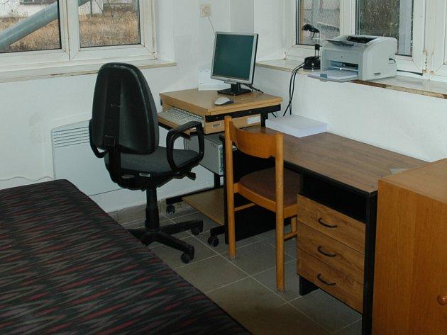 Součástí noclehárny je i kancelář pro sociálního pracovníka.
