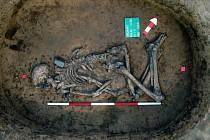 Kostrový pohřeb muže z období kultury se šňůrovou keramikou z Kolína.