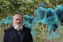 Zdeněk Jedlička pěstuje v Kladrubech přes čtyři sta odrůd révy vinné.