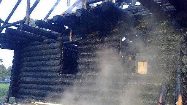 Požár srubu v Mnichovicích u Čechtic.