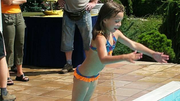 Venkovní bazény vyhřívané levnou geotermální energíí prodlužují sezónu o déle než dva měsíce.  Investici si zatím města a obce  nemohou dovolit