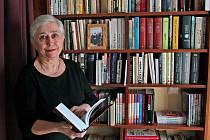 Daniela Bendová je obklopena knihami ve své práci i doma.