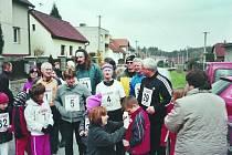 Příprava běžců všech kategorií před startem ve Vrchotových Janovicích.