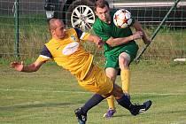 Zdeněk Pekárek (ve žlutém) sice Kondraci gól nedal, ale předvedl parádní gesto Fair play.