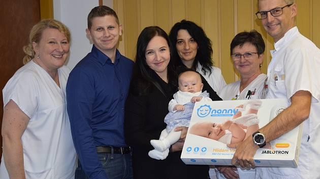 Dárci s personálem novorozeneckého oddělení.