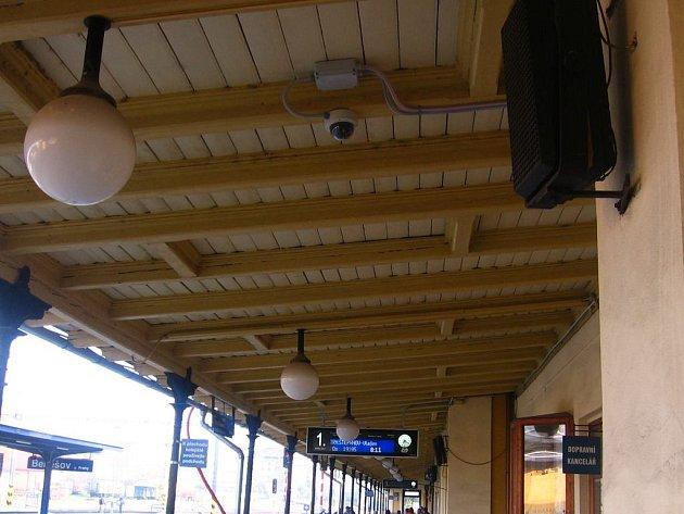 Na prvním nástupišti je kamera umístěná u dopravní kanceláře