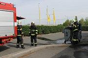 Oheň v kontejneru u benešovské benziny hasili hasiči z Benešova.