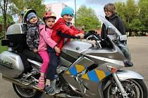 Děti si na dopravním hřišti v Benešově mohly prohlídnout a vyzkoušet policejní vůz i policejní motorku.