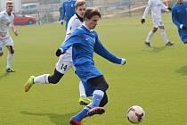 Ondřej Brejcha (v modrém) je ve Vlašimi na zkoušce z Dukly Praha a zvyká si v přípravě na vyšší rychlost a důraz.