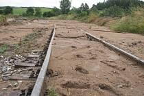 Koleje u Voračic zaplavilo po přívalovém dešti bahno z pole.