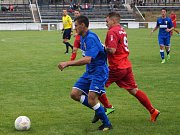 Kanonýr Marek Štork (v červeném) se ukázal na začátku sezony v parádním světle, když dvěma góly pomohl Voticím k výhře v Mníšku pod Brdy.