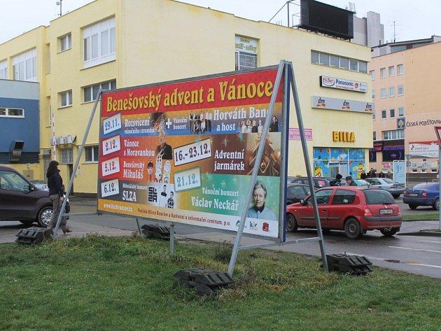 Reklama v Benešově kráse města a jeho přitažlivosti nepřidá..