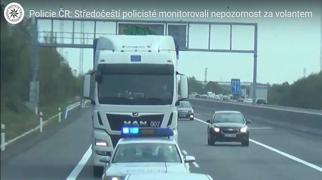Středočeští policisté kontrolovali nepozornost za volantem.