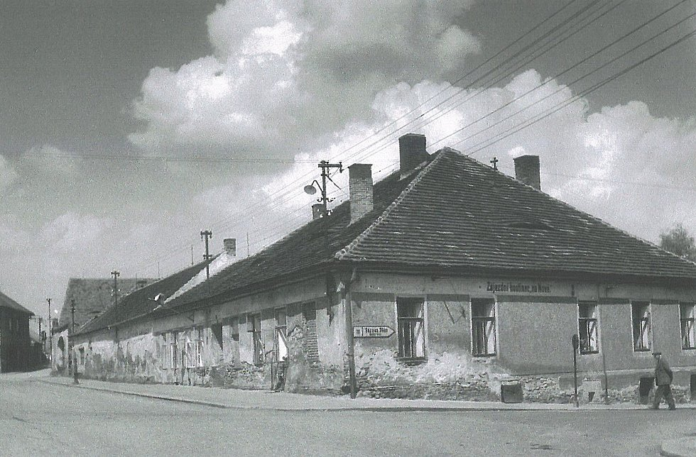 """Zájezdní hostinec """"na Nové"""" v Benešově v roce 1959. Hospoda stála na rohu dnešní Nové Pražské a Čechovy ulice. Nyní je tam parkoviště."""