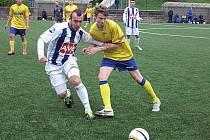 Martin Kobler z Benešova (ve žlutém) a čáslavský Vlastislav Smutný se v zápase starších dorostenců přetlačují a sledují míč.