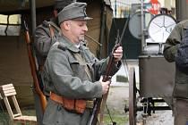 Na nádvoří pivovaru návštěvníci oslavy 120 let pivovaru obdivovali krásu naleštěných automobilových a motocyklových veteránů.