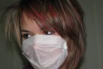 Rouška před chřipkou podle odborníků neochrání.