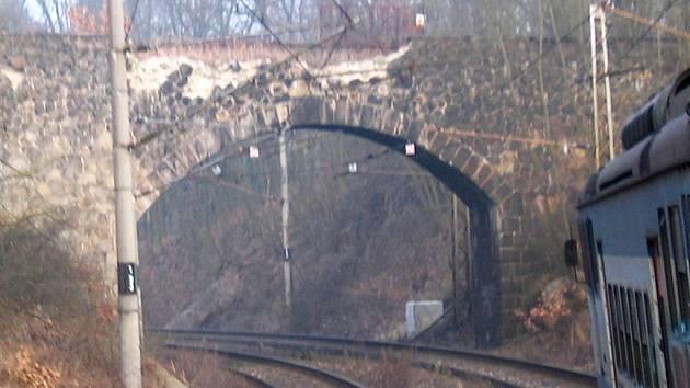 Němý pamětník Františka Josefa I. a slavné historie parních lokomotiv i  elektrifikace železnice  za sto dní zmizí