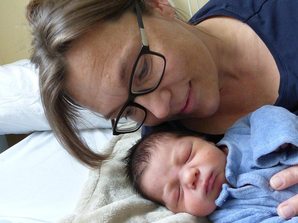 Jan Karbusický se narodil 12. dubna 2021 v kolínské porodnici, vážil 3355 g a měřil 50 cm. V Uhlířských Janovicích ho přivítala sestřička Jitka (1.5) a rodiče Lucie a Jan.