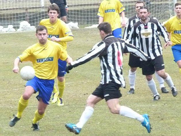 Přetížené obraně Benešova často vypomáhali útočníci - u míče Matěj Voráček a vzadu Dominik Jendele.
