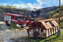 Požár skládky ve Voticích.