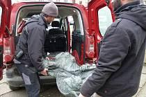 Stěhování druhé plastiky od gymnázia do bezpečí radnice.