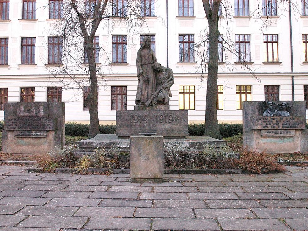 Památník obětem válek u gymnázia.