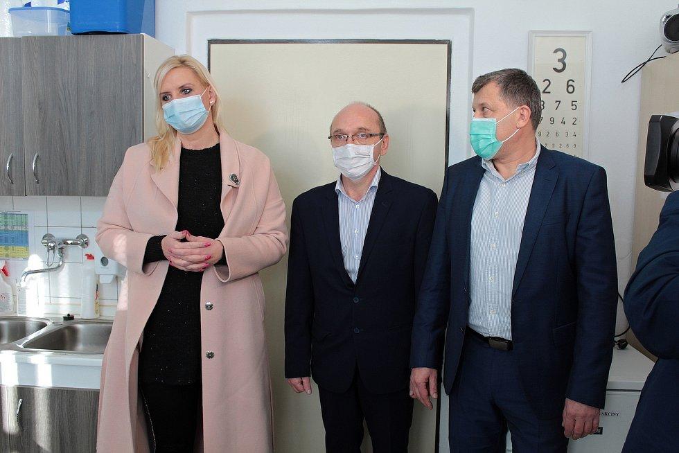 Zleva hejtmanka Petra Pecková, radní pro zdravotnictví Pavel Pavlík a ředitel benešovské nemocnice Roman Mrva.