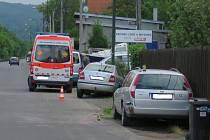 Řidič Octavie ohrožený předjíždějícím autem naboural stojící auto, sloup a plot.