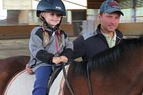 Děti z mateřinky MiniSvět Mrač navštívily koňskou farmu.