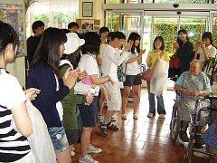 Zájezd devatenácti studentů z Jižní Koreje se na své cestě zastavil v jankovském domově seniorů