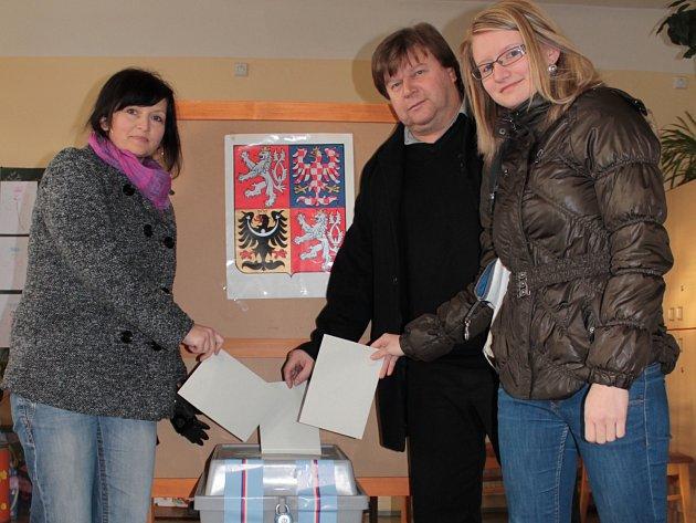 Senátor Luděk Jeništa volil prezidenta společně s manželkou a dcerou.
