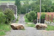 Průjezd některých ulic v Hýskově blokují kameny