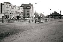Pohled na nádraží ČSAD Benešov v roce 1984. Vpravo v pozadí stojí objekt Kovodružstva Sedlčany.