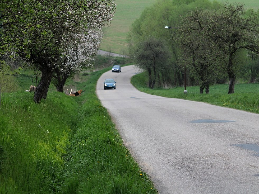 Silnice z Postupic do Jemniště.