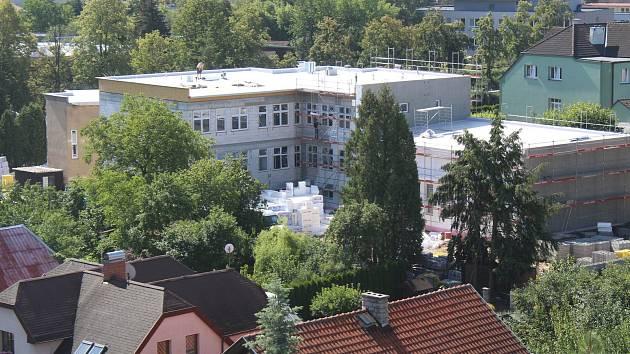 Stavba nové ZŠ a PŠ Benešov Hodějovského ulici.