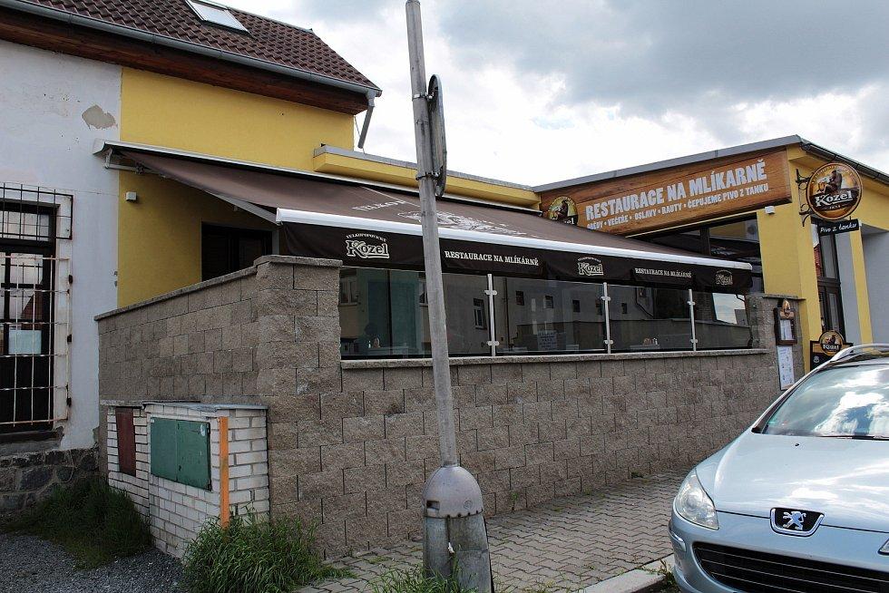 Zahrádka restaurace Na Mlíkárně ve Vlašimi.