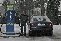 I přes vysoké ceny pohonných hmot tankujeme stále.